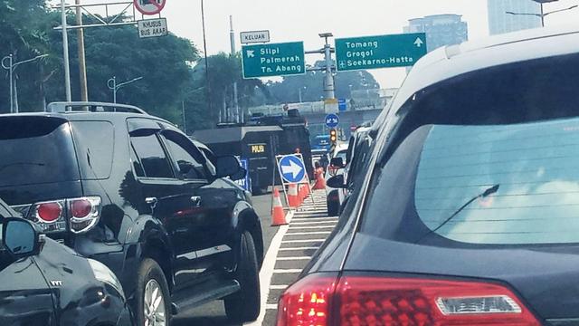 Mesti Ngantor saat PPKM Darurat, Butuh 4 Jam Tembus Tol Dalam Kota Cawang-Slipi (30974)