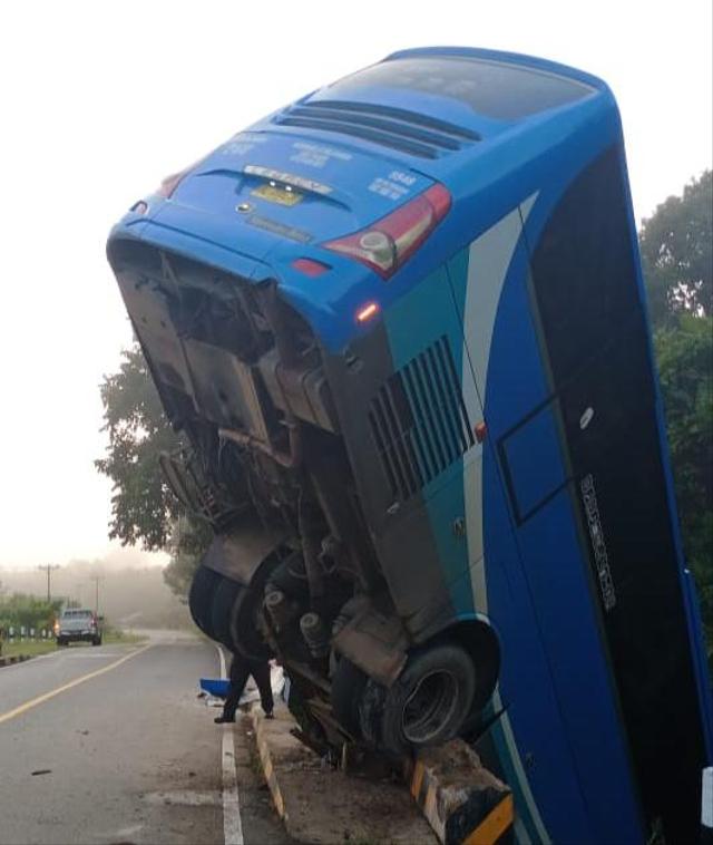 Bus Damri Putussibau-Pontianak Nyungsep ke Sungai (72986)