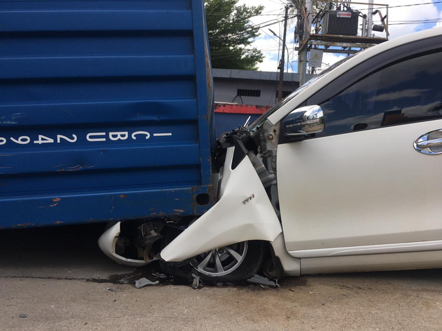 Toyota Avanza Remuk Tertimpa Kontainer 25 Ton di Perdana Square Pontianak (803432)