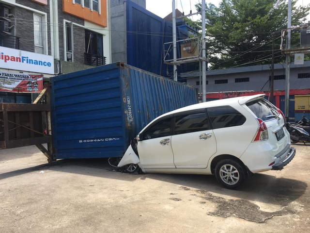 Toyota Avanza Remuk Tertimpa Kontainer 25 Ton di Perdana Square Pontianak (803433)