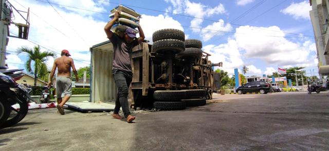 Toyota Avanza Remuk Tertimpa Kontainer 25 Ton di Perdana Square Pontianak (803434)