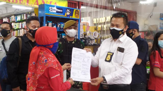 Nekat Buka saat PPKM Darurat, Toko Aksesoris Ponsel di Bandung Ditutup Petugas (59030)