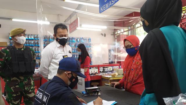 Nekat Buka saat PPKM Darurat, Toko Aksesoris Ponsel di Bandung Ditutup Petugas (59029)