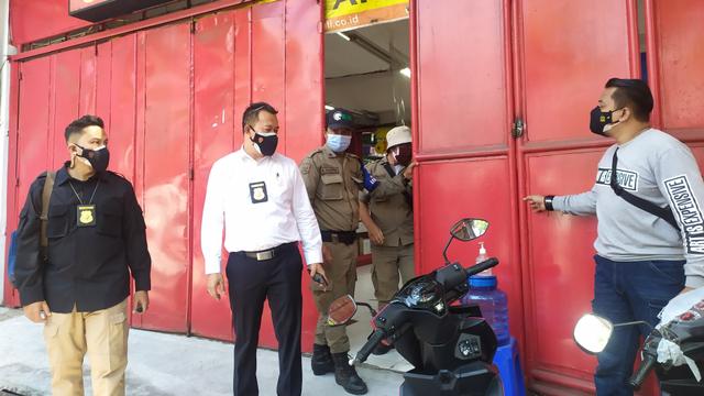 Nekat Buka saat PPKM Darurat, Toko Aksesoris Ponsel di Bandung Ditutup Petugas (59031)