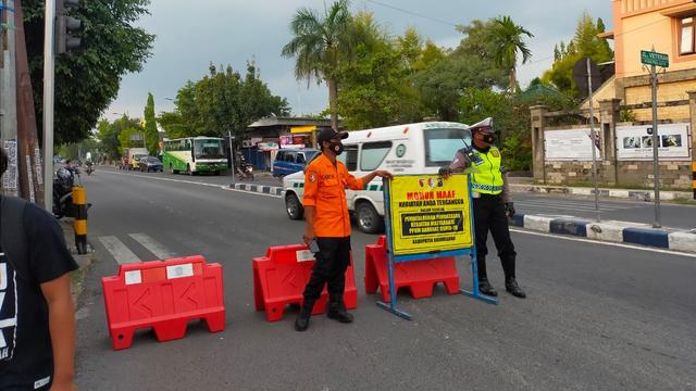 PPKM Darurat, Polisi Lakukan Pembatasan Sejumlah Ruas Jalan di Bojonegoro (257460)