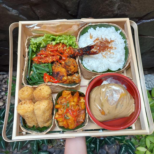Menikmati Makanan Hantaran ala Hotel yang Berisi Lauk Khas Indonesia, Komplit! (1240681)