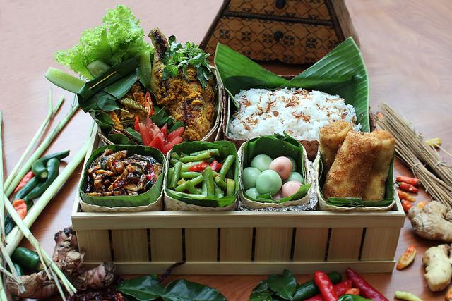 Menikmati Makanan Hantaran ala Hotel yang Berisi Lauk Khas Indonesia, Komplit! (1240682)