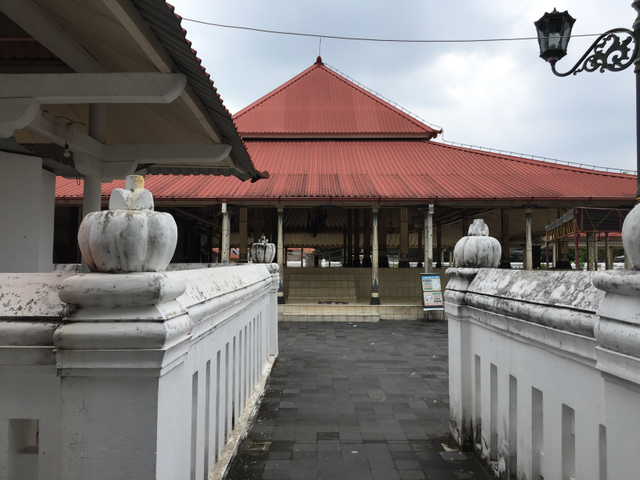 Salat Jumat di Masjid Gedhe Yogya Dibatasi, Jemaah Salat di Luar Gerbang (116412)