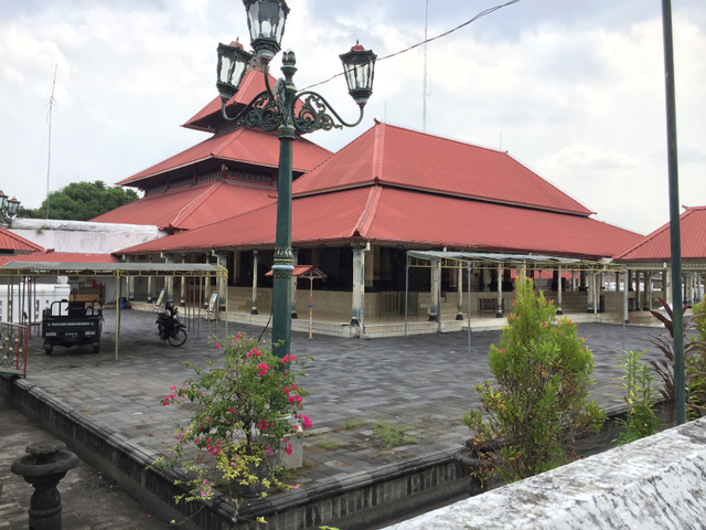 Salat Jumat di Masjid Gedhe Yogya Dibatasi, Jemaah Salat di Luar Gerbang (116410)
