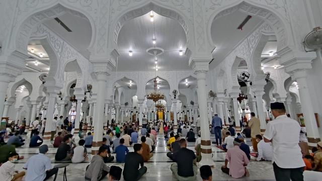 Foto: Salat Jumat di Masjid Raya Baiturrahman Banda Aceh saat Pengetatan PPKM (325860)
