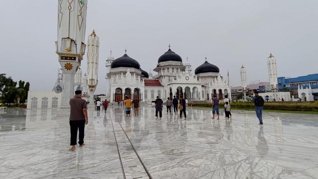 Foto: Salat Jumat di Masjid Raya Baiturrahman Banda Aceh saat Pengetatan PPKM (325861)