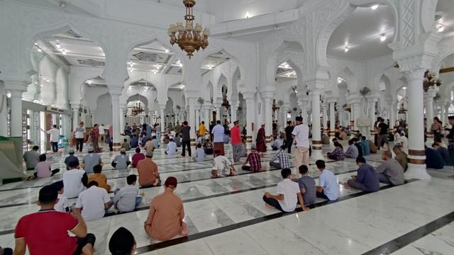 Foto: Salat Jumat di Masjid Raya Baiturrahman Banda Aceh saat Pengetatan PPKM (325867)