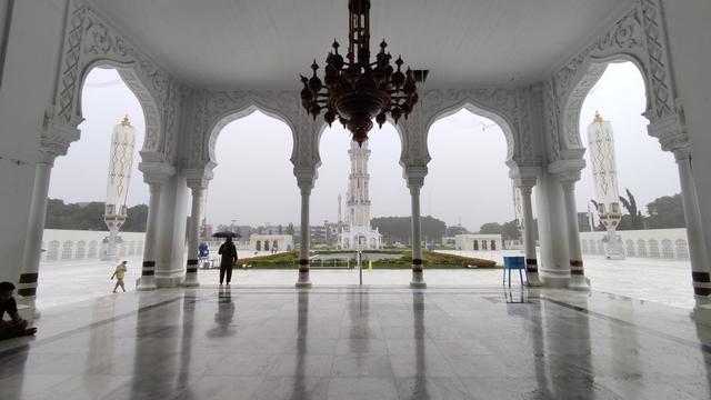 Foto: Salat Jumat di Masjid Raya Baiturrahman Banda Aceh saat Pengetatan PPKM (325862)