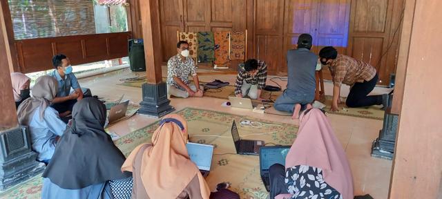 UPNVY Ajak Warga Giriloyo Bantul Kembangkan Motif Batik Digital (1027975)