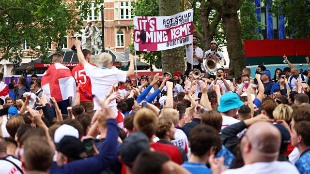 2 Penjual Atribut Steward ke Fans Tak Bertiket di Final Euro 2020 Ditangkap (81115)