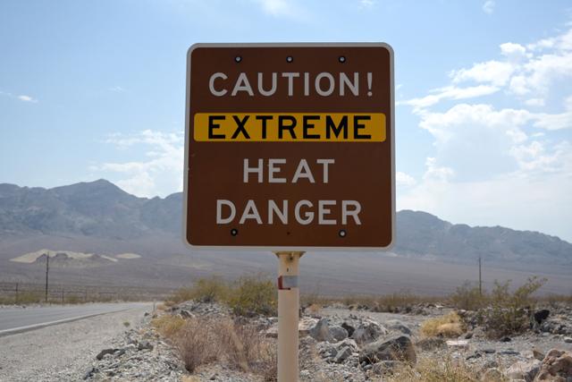 Foto: Wisatawan Berfoto di Death Valley saat Suhu Capai 54 Derajat Celsius (734909)