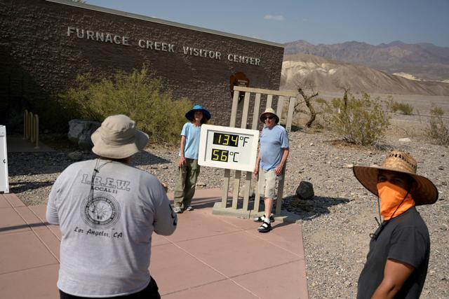 Foto: Wisatawan Berfoto di Death Valley saat Suhu Capai 54 Derajat Celsius (734911)
