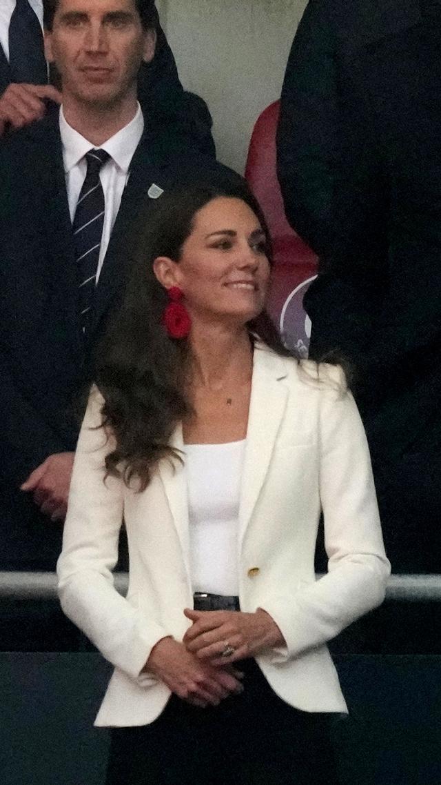 Tampil Beda dengan Anting Besar, Intip Gaya Kate Middleton di Final Euro 2020 (6156)