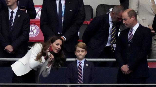 Tampil Beda dengan Anting Besar, Intip Gaya Kate Middleton di Final Euro 2020 (6157)