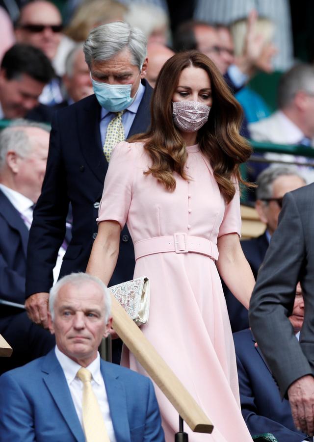 Tampil Beda dengan Anting Besar, Intip Gaya Kate Middleton di Final Euro 2020 (6158)