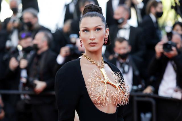 Tutupi Payudara dengan Kalung, Gaya Bella Hadid di Festival Cannes Jadi Sorotan (154577)