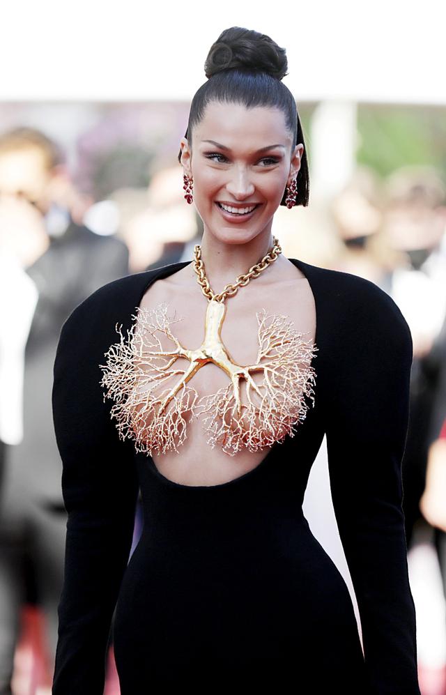 Tutupi Payudara dengan Kalung, Gaya Bella Hadid di Festival Cannes Jadi Sorotan (154578)