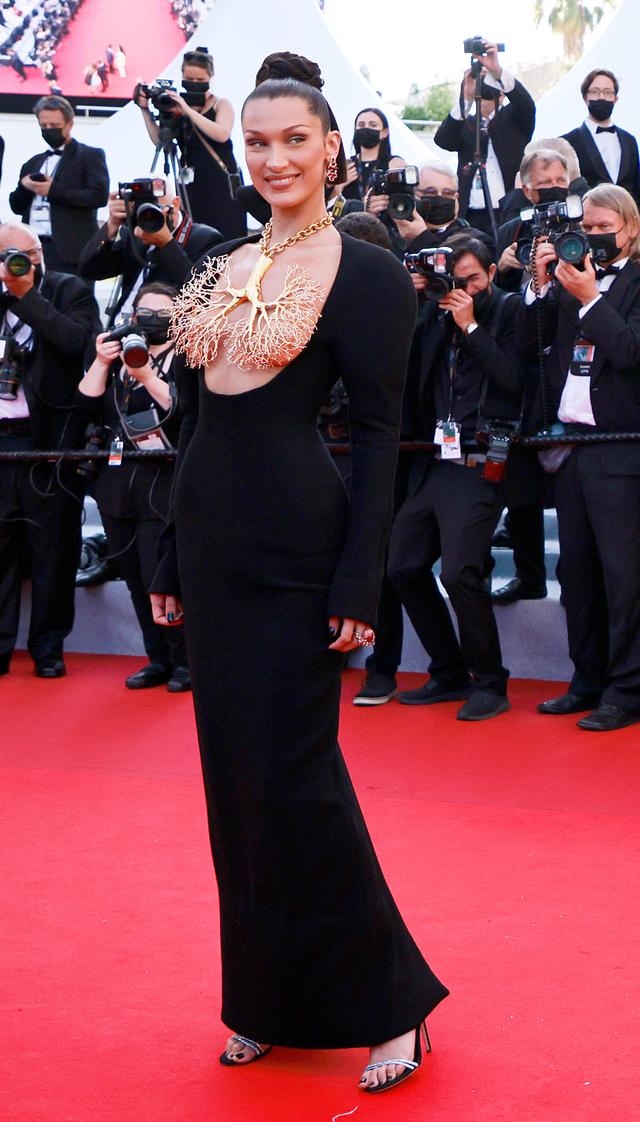 Tutupi Payudara dengan Kalung, Gaya Bella Hadid di Festival Cannes Jadi Sorotan (154576)