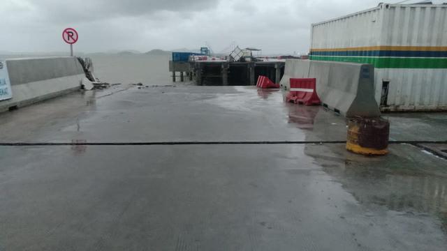 Jembatan Dermaga Pelabuhan Kijing Roboh Diterjang Ombak, Pekerja Sempat Terjebak (1055)