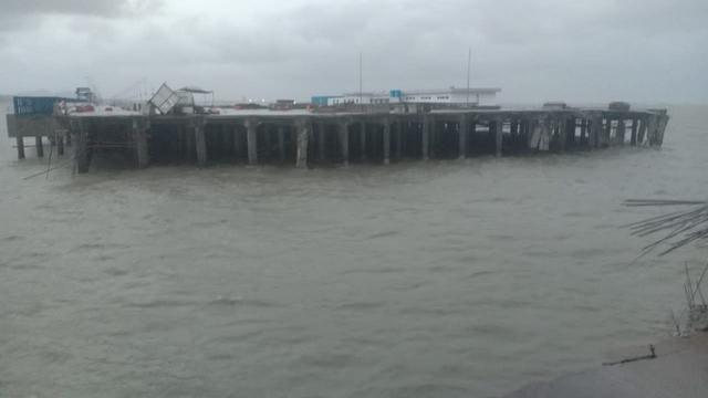 Jembatan Dermaga Pelabuhan Kijing Roboh Diterjang Ombak, Pekerja Sempat Terjebak (1056)