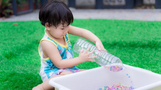 Manfaat Bermain Water Beads seperti yang Dilakukan Anak Irish Bella (594830)