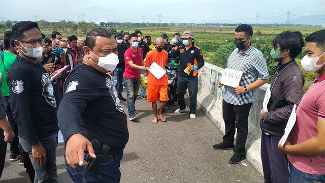 Kasus Ojol Dibunuh Begal di Brebes Direkonstruksi, Pelaku Jalani 24 Adegan  (311)