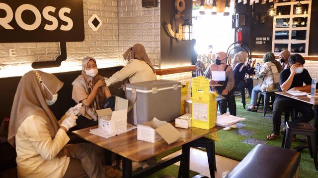 Foto: Vaksinasi COVID-19 Sambil Santai Minum Kopi Digelar di Banda Aceh (248597)