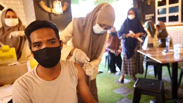 Foto: Vaksinasi COVID-19 Sambil Santai Minum Kopi Digelar di Banda Aceh (248598)