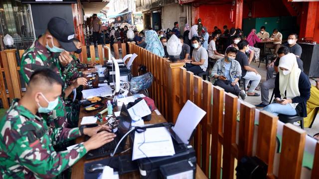 Foto: Vaksinasi COVID-19 Sambil Santai Minum Kopi Digelar di Banda Aceh (248599)