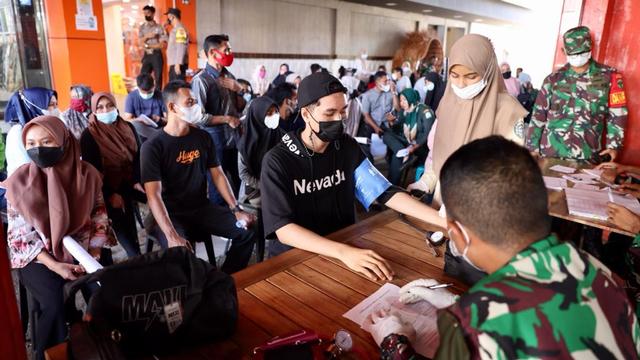 Foto: Vaksinasi COVID-19 Sambil Santai Minum Kopi Digelar di Banda Aceh (248602)