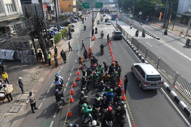 Foto: Kemacetan Panjang di Pos Penyekatan Underpass Mampang (28498)