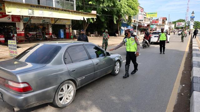 Foto: PPKM Mikro, Pengendara Tak Bawa Masker Masuk Banda Aceh Dites Swab Antigen (1118533)