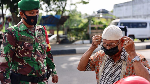 Foto: PPKM Mikro, Pengendara Tak Bawa Masker Masuk Banda Aceh Dites Swab Antigen (1118535)