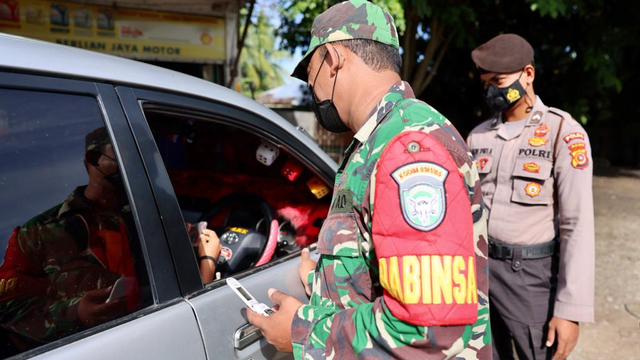 Foto: PPKM Mikro, Pengendara Tak Bawa Masker Masuk Banda Aceh Dites Swab Antigen (1118536)