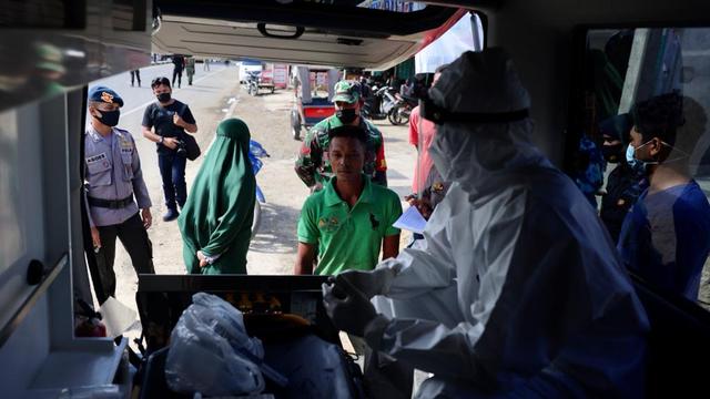 Foto: PPKM Mikro, Pengendara Tak Bawa Masker Masuk Banda Aceh Dites Swab Antigen (1118538)