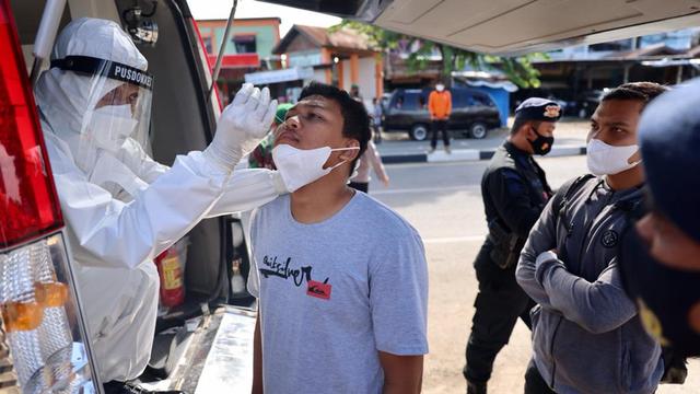 Foto: PPKM Mikro, Pengendara Tak Bawa Masker Masuk Banda Aceh Dites Swab Antigen (1118532)