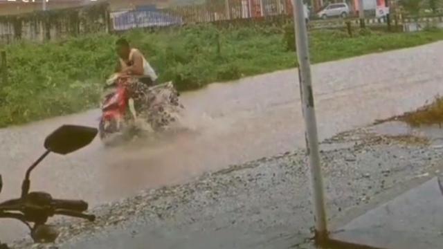 Viral Pemotor di Banggai Terjang Banjir Ujung-ujungnya Jatuh (1259577)