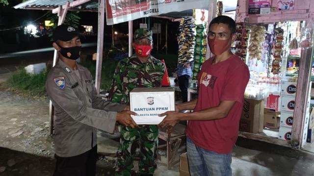Polisi Krueng Barona Jaya, Aceh, Bagikan Sembako Sambil Sosialisasi Prokes (844)