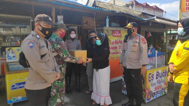 Polisi Krueng Barona Jaya, Aceh, Bagikan Sembako Sambil Sosialisasi Prokes (845)