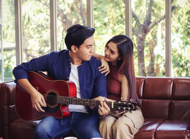 Tunjukkan Rasa Cinta, Ini 5 Lagu Romantis yang Bisa Didengarkan Bersama Kekasih (344283)