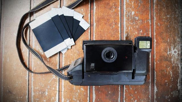 Tips Fotografi: Mengulik Sejarah Polaroid, Kamera Instan yang Masih Jadi Tren (59614)
