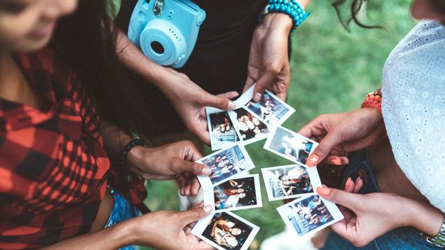 Tips Fotografi: Mengulik Sejarah Polaroid, Kamera Instan yang Masih Jadi Tren (59617)