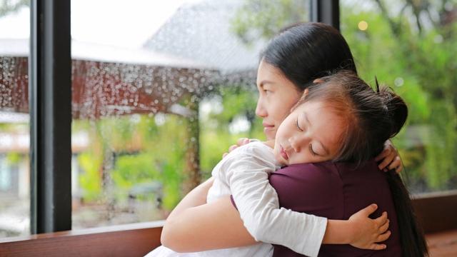 Cara Jelaskan ke Anak soal Berita Duka Akibat COVID-19 (39900)