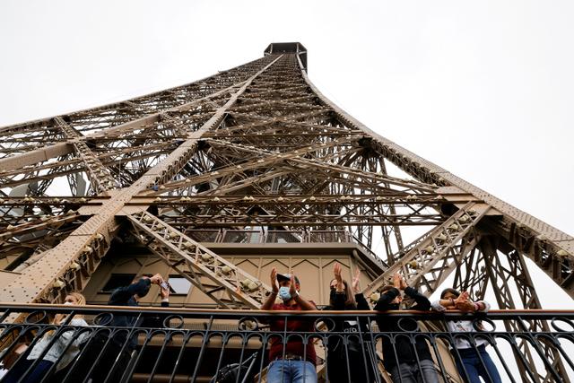 Pria Ini Lamar Kekasih saat Menara Eiffel Dibuka Lagi Usai Lockdown (33315)