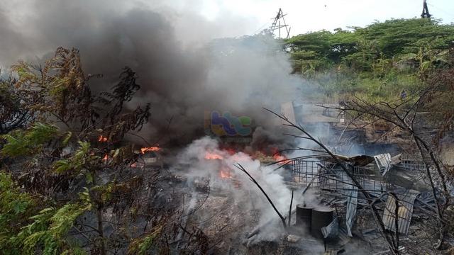 Rumah Pengolahan Minyak di Tambang Sumur Minyak Tua di Bojonegoro Terbakar (934289)
